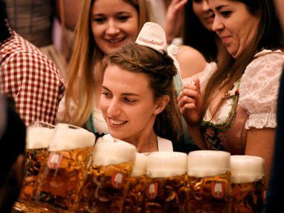 Obrazem: Kroje a miliony litrů piva. Skončil Oktoberfest, tohle jsou nejlepší snímky