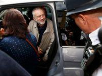 Živě: Corbynovi se rozpadá stínová vláda pod rukama. Před novináři utekl