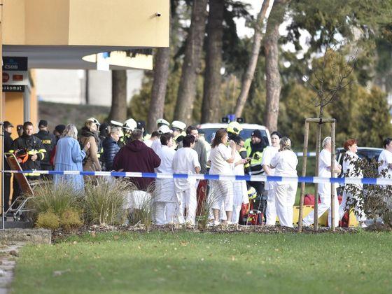 Zdravotní personál před budovou ostravské nemocnice po střelbě