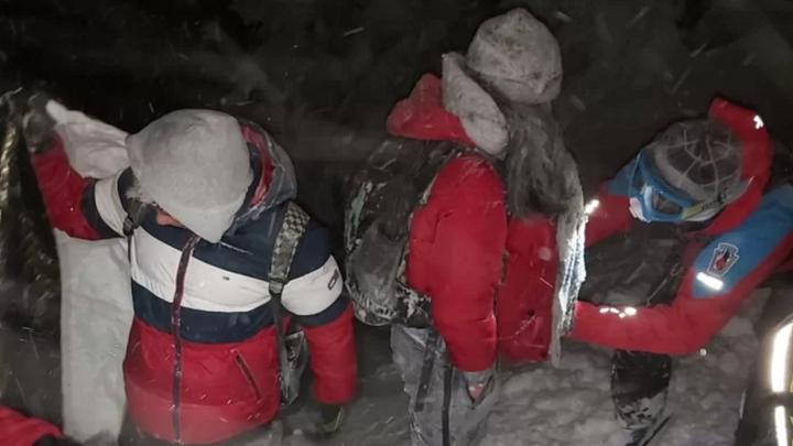 Vydali se na Sněžku jen v teplákách a teniskách. Zmrzly jim rukavice, boty i pití