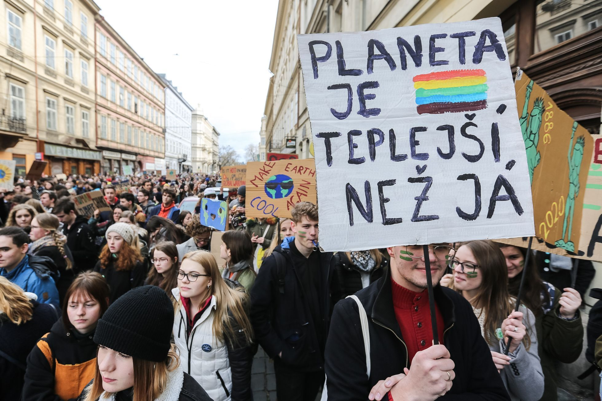 Stávka Za Klima Twitter: Foto: Jsem Tu, Protože Neumím Plavat. Studenti Stávkovali