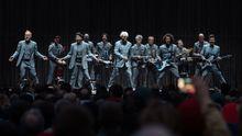 Recenze: David Byrne a jeho Ministerstvo švihlé chůze v Praze odehráli patrně koncert roku