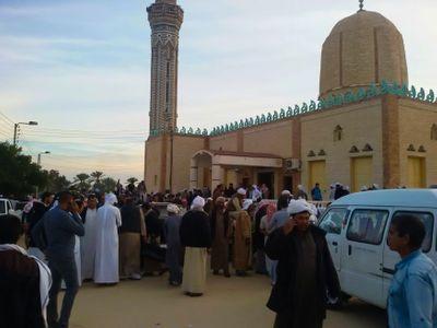 Útok na egyptskou mešitu. Teroristé zabili přes dvě stovky umírněných muslimů, stříleli i na sanitky
