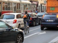 Foto: Cyklistů v Praze nepřibývá. Jezdit v metropoli na kole chce hodně kuráže