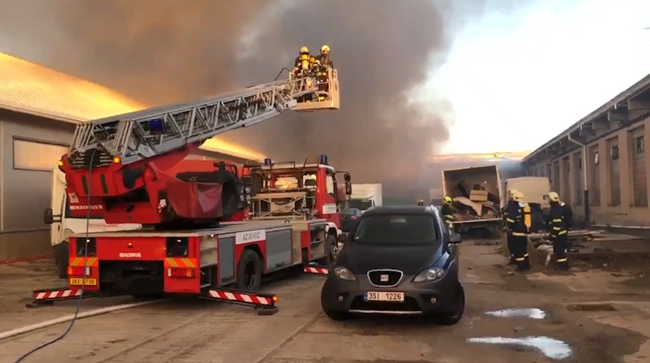 V Praze hoří sklad s pyrotechnikou. Hasiči vyhlásili druhý stupeň poplachu