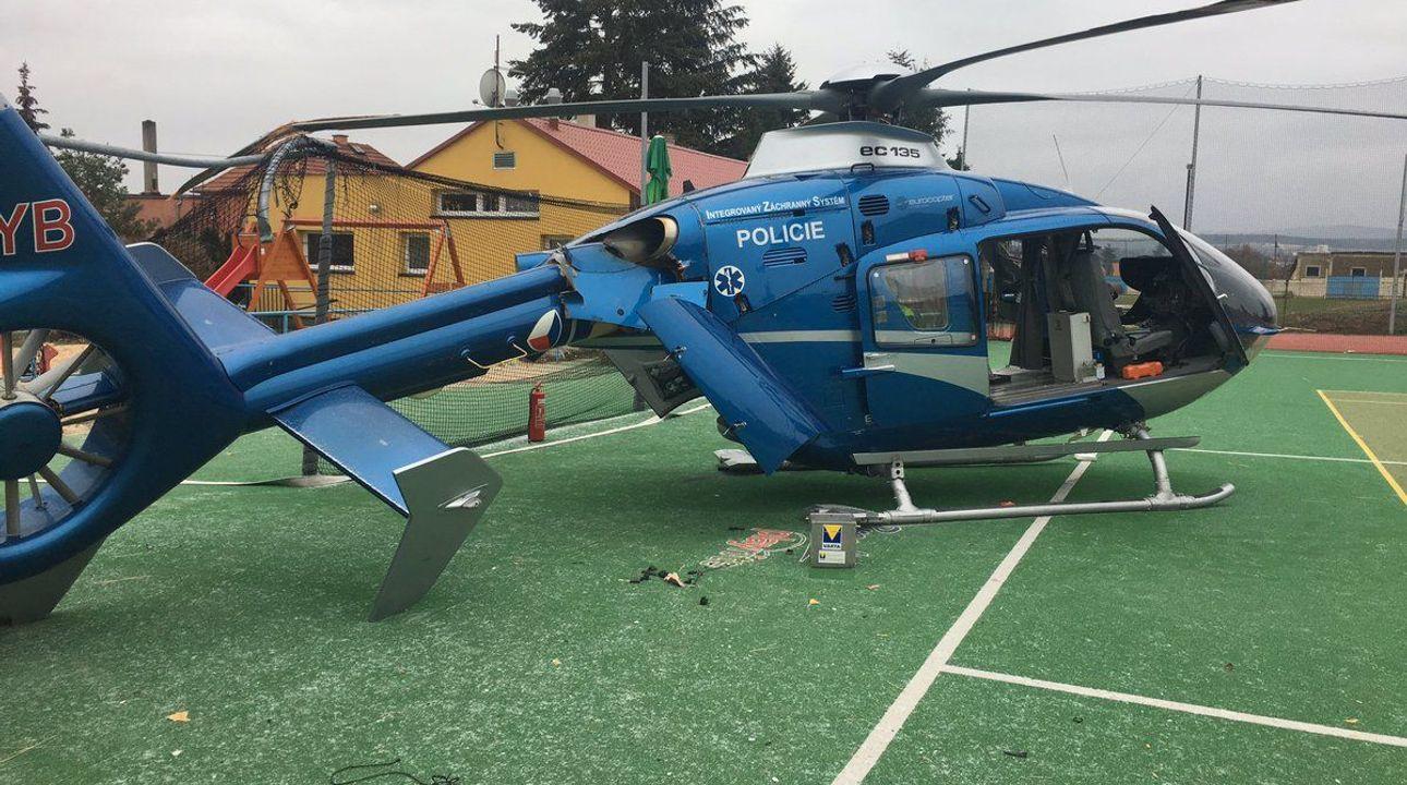 Na Příbramsku havaroval při přistání vrtulník záchranářů. Pilot zavadil o konstrukci