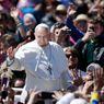 Papež František mezi věřícími na Svatopetrském náměstí po nedělní velikonoční mši.