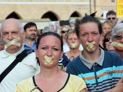 Potichu proti Babišovi. Prahou pochodovalo pět stovek demonstrantů se zalepenými ústy