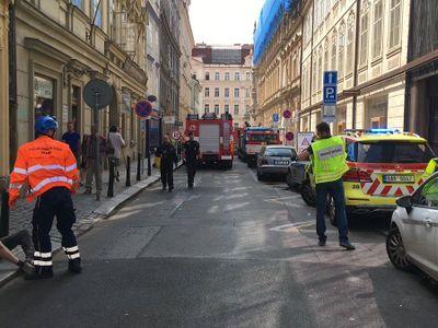 V centru Prahy se na stavbě zřítil strop budovy. Hasiči vyprošťují zavalené lidi