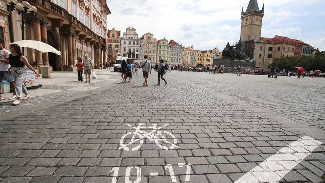 Značení omezení cyklistů v centru Prahy.