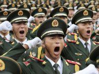 Čína vystaví svoji sílu. Zastavila továrny, hubí ptactvo
