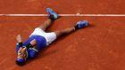 Po závěrečném míčku finále padl jednatřicetiletý Nadal zády na milovanou antuku. Dojetí bylo nevyhnutelné.