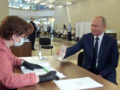 Putin může Rusku vládnout až do roku 2036. Voliči v referendu schválili změny ústavy