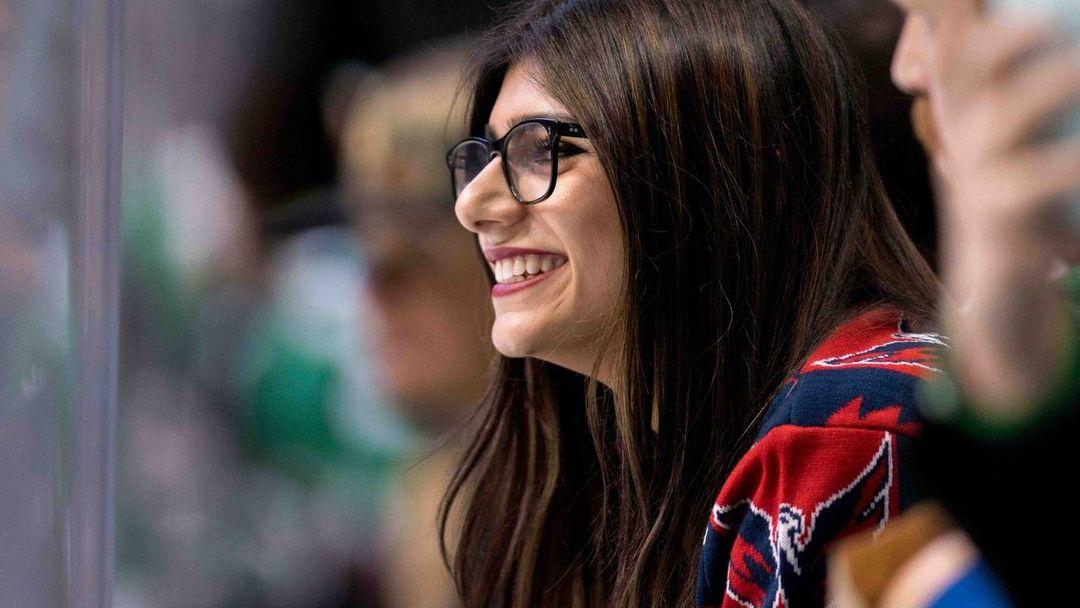 Mia Khalifa le ofrece sus pechos al director de NBA 2K18 a