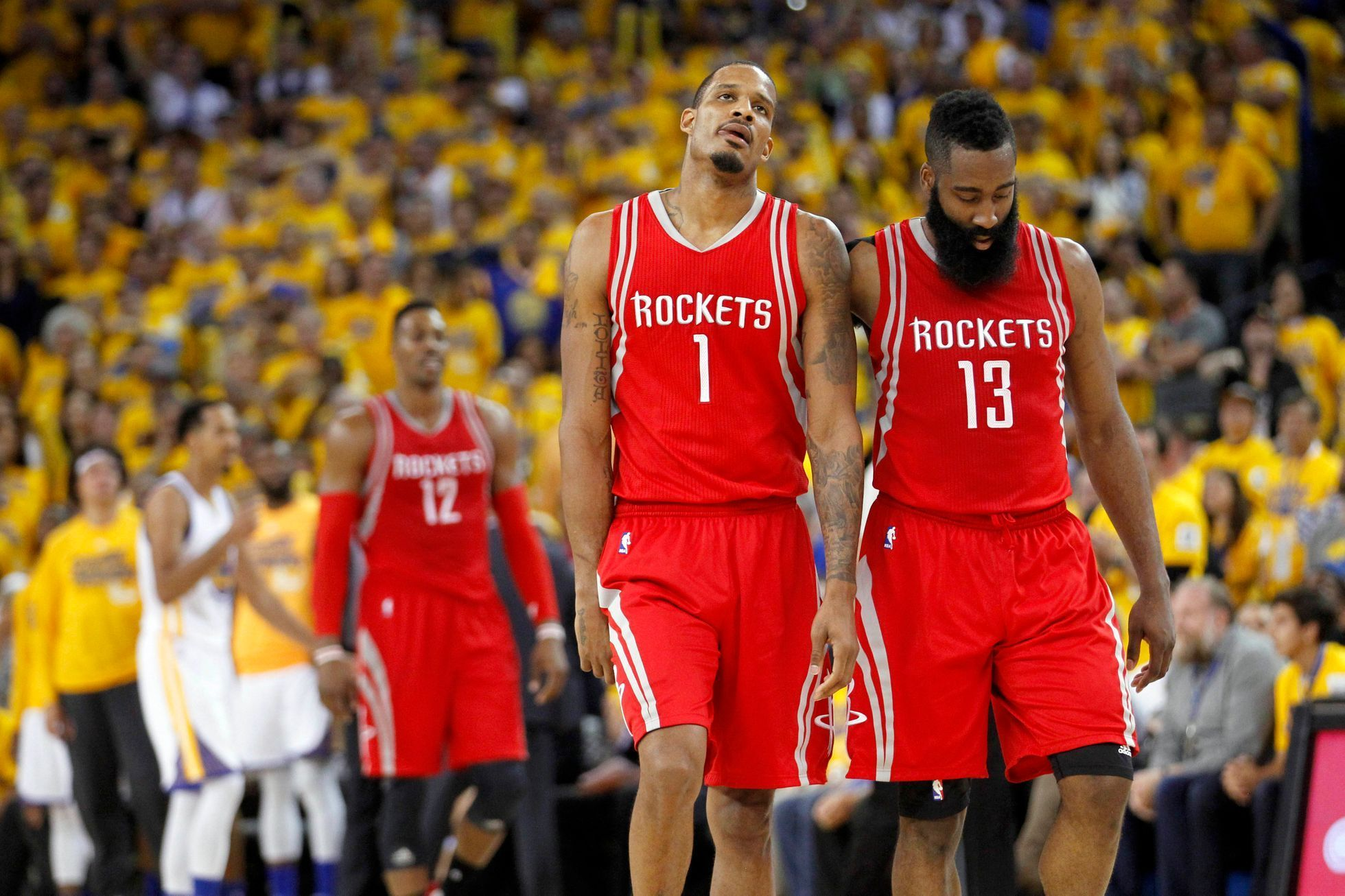 Zklamaní hráči Houston Trevor Ariza (1) a James Harden (13) po druhé porážce v play off od Golden State.