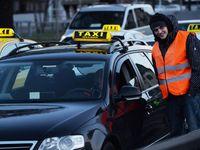 Dopravní kolaps v centru Prahy. Dvě stovky taxikářů zablokovaly svými auty magistrálu