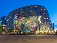 Architekt Winy Maas v Rotterdamu proslul obloukovitou stavbu Markthal.