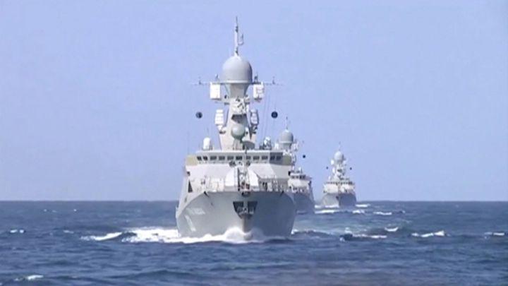 Rusové zaútočili z bitevních lodí na Islámský stát v Sýrii. Zasáhli muniční sklady i velitelství
