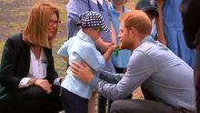 Princ Harry zaujal plnovousem. Pětiletý chlapec ho objal a hladil po obličeji