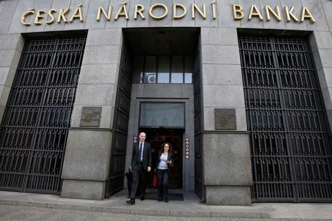Czech central bank to keep koruna weak until 2016