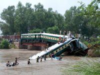 V Pákistánu se zřítil vlak z mostu, zemřelo 17 lidí