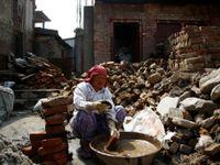 Foto: Nepálci opravují domy i chrámy. Zemětřesení před dvěma roky zničilo také slavné muzeum
