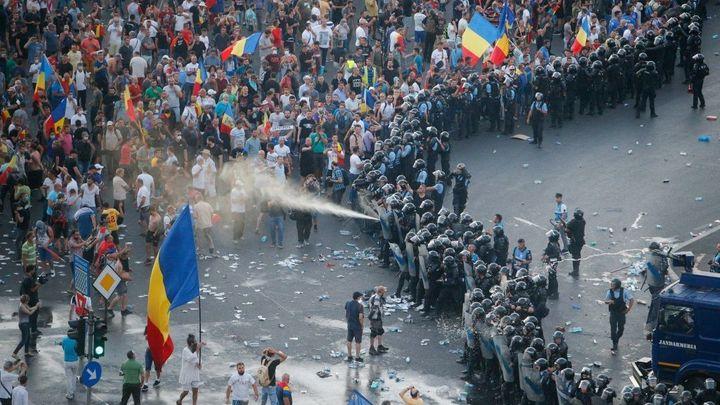 Desítky tisíc lidí protestovaly v Rumunsku proti vládě. Vadí jim korupce i snahy oslabit justici