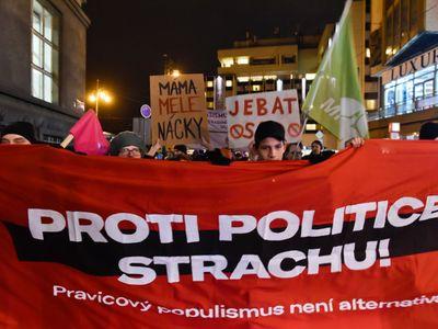 """""""Proti fašistům!"""" křičeli lidé u hotelu, kde rokují Wilders s Okamurou. Blokovali cestu"""