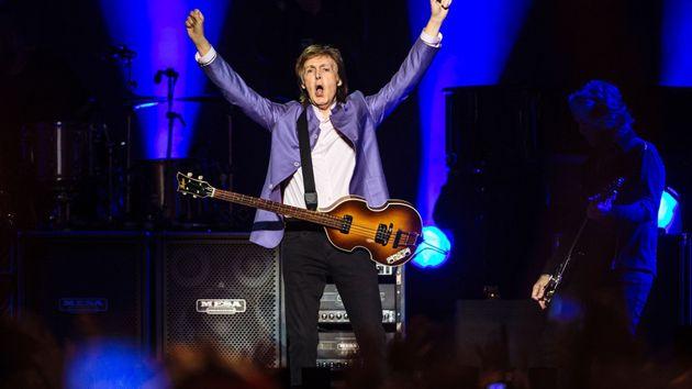 Své více než dvouapůlhodinové vystoupení se slavný hudebník snažil moderovat v češtině a během přídavku přímo na jevišti symbolicky oddal mladý pár z publika. Na vystoupení legendárního muzikanta podle vyjádření pořadatelů dorazilo 17 000 lidí.