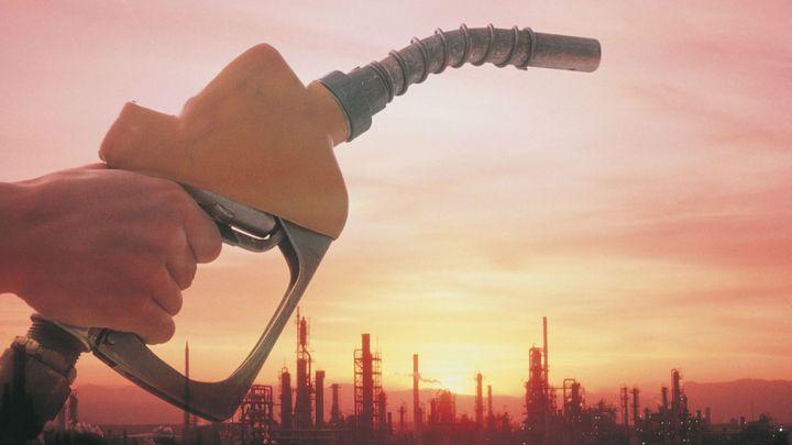 Cena benzinu a nafty loni klesla o víc než čtyři koruny