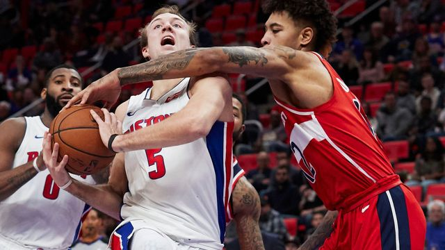 Kelly Oubre Jr. z Washingtonu fauluje detroitského Luke Kennarda