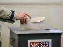 Volby přitahují rekordní počet nováčků. Bývalý šéf exekutorů investuje do dobytí radnice miliony