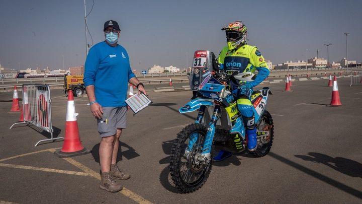 Michek se prosadil mezi tovární jezdce, v první etapě Dakaru byl desátý