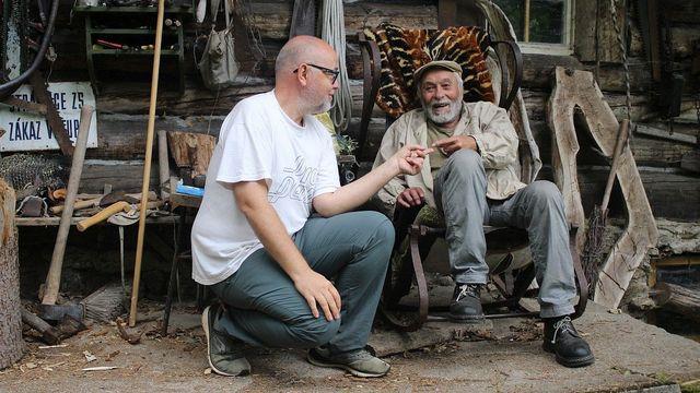 Autor knihy Aleš Palán se šumavským poustevníkem Mirkem Sedláčkem, jenž v divočině žije už padesát let.