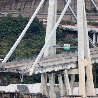 Další pilíř janovského mostu se naklání. Hrozí, že každou chvíli spadne, varují hasiči