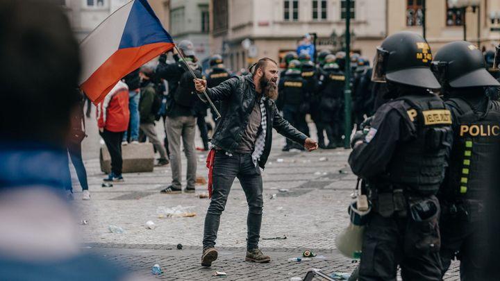 Protest odpíračů roušek se změnil v bitvu hooligans s policií. Ta zadržela sto lidí