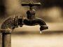 Spodní voda vysychá. A my jak diví betonujeme a asfaltujeme