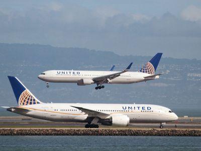 """V legínách ne. United Airlines odmítly vzít na palubu dvě dívky kvůli """"nevhodnému oblečení"""""""