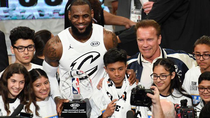 Terminátor Schwarzenegger gratuloval Jamesovi, jeho tým vyhrál Utkání hvězd NBA