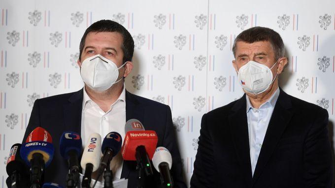 Hosty vysílání jsou bývalý zpravodajec Jan Paďourek, europoslanec a bývalý ministr zahraničí Alexandr Vondra a novinář Ondřej Kundra.