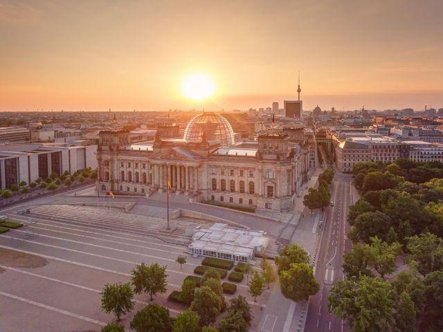 3184f705d0d4 Pohled na Reichstag s moderní kupolí od Normana Fostera.
