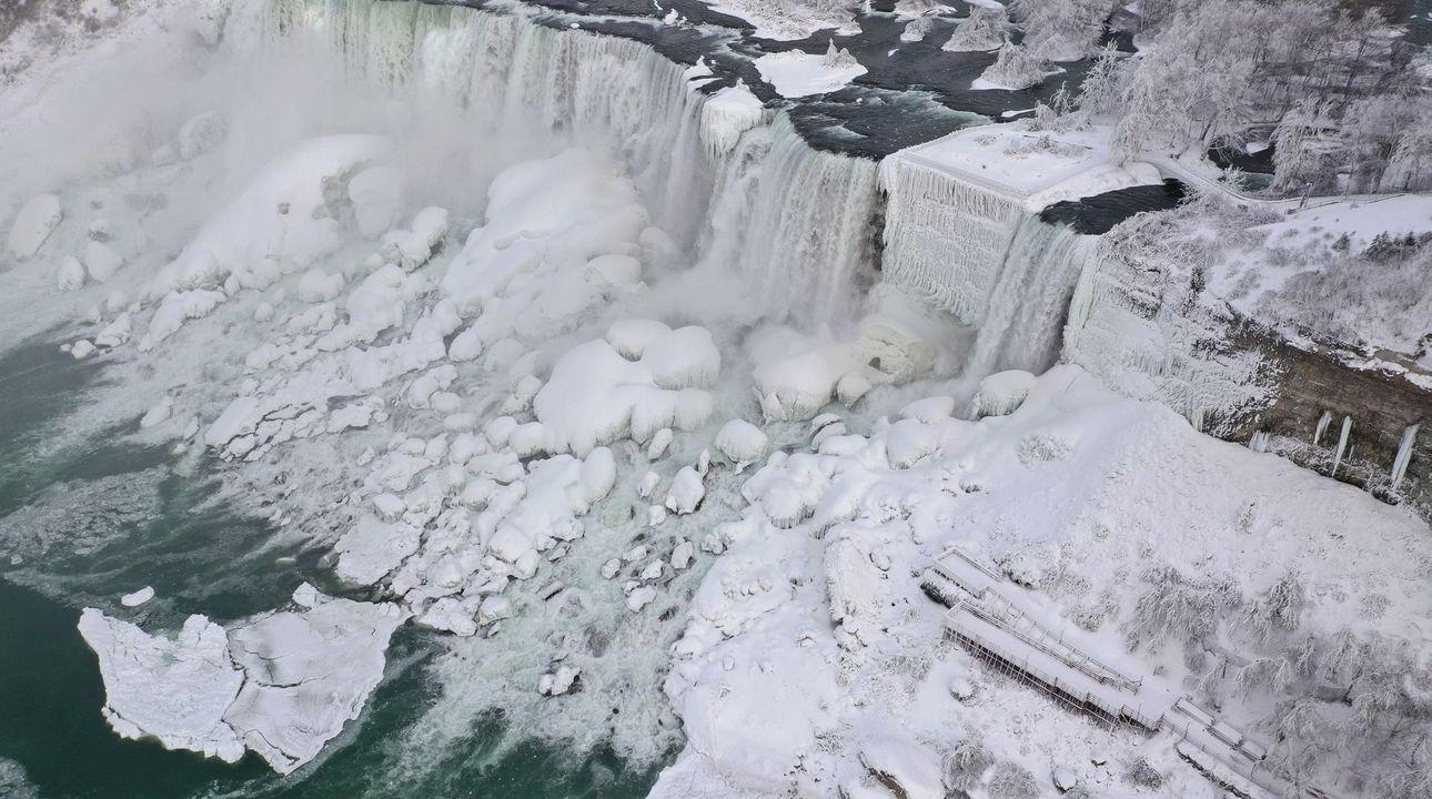 Fotky: Niagarské vodopády zamrzly. Vypadají jako ze Hry o trůny, tvrdí turisté