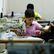 Syrské uprchlíky v Turecku živí děti. Místo školy šijí Evropanům oblečení
