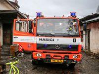 V obci Uhelná na Jesenicku hoří hala naplněná lnem, hasiči brání rozšíření požáru