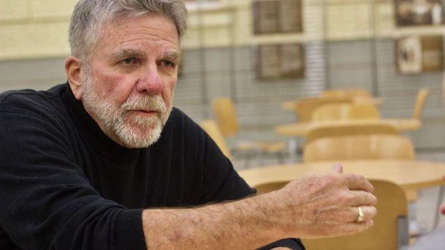 Americký novinář a univerzitní profesor Stephen Doig. 290233d6b86