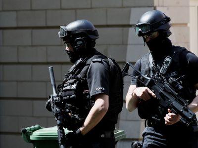 Online: V Manchesteru zabíjela stejná výbušnina jako v Bruselu a v Paříži. Zadržených už je osm