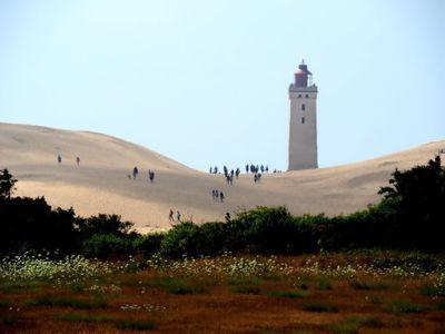 Obrazem: Dánský maják se po 118 letech řítí do moře. Pobřeží zasypal písek