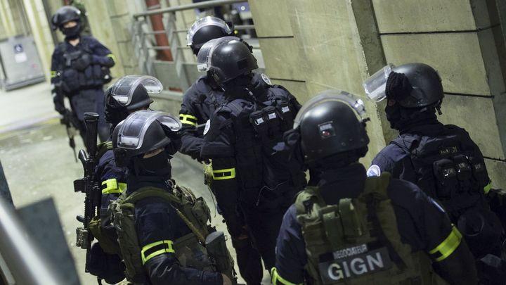 Ozbrojenci zavraždili v kostele na severu Francie kněze, policie je zastřelila