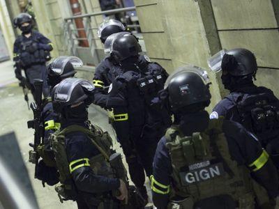 V pařížské cestovní kanceláří držel lupič šest rukojmích. Nyní je na útěku před policií