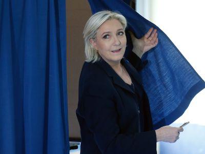 Francie živě: Účast ve volbách je vysoká, lidé stojí fronty. V baštách Le Penové přišlo voličů málo